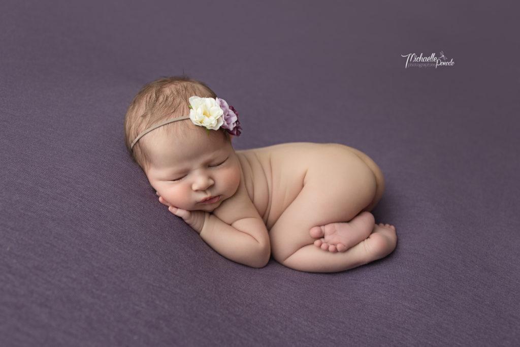 photo professionnelle de bébé a la naissance de cette fille nouveau-né près de Dreiland dans le Haut-Rhin (68)